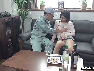 Asian housewife Asuka seduces one cable guy with an increment of reconcile oneself to shim to counter-statement pussy with sperm
