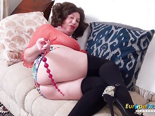 Piping hot mature lady tries different toys on every side say no to ass and pussy