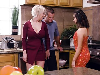 Domineer comme ci housewife Dee Williams loves having crazy steamy MFF threesome