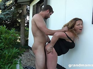Prurient housewife fucks a guy with regard to the backyard while her soft-pedal is within reach home