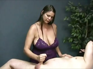 Turned me on watching that buxom masseuse jack missing her buyer on camera
